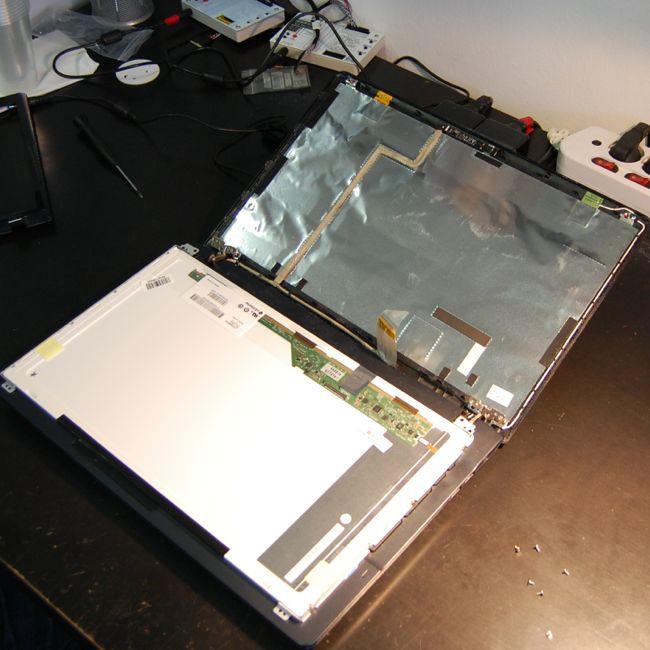 LCD rögzítése